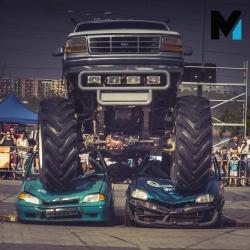 Tratowanie Wraków Monster Truckiem